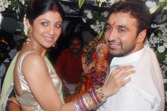 शिल्पा शेट्टी और राज कुंद्रा पिछले साल गणपति के विसर्जन के दौरान।