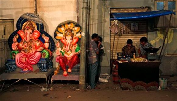 हैदराबाद में भगवान गणेश की प्रतिमा बेचने के लिए रखी गई।