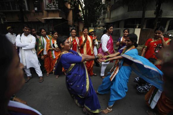 मुंबई में गणेश चतुर्थी त्योहार के दौरान डांस करते श्रद्धालु।
