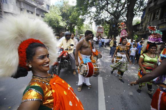 मुंबई में गणपित के विसर्जन के दौरान पारंपरिक डांस करते श्रद्धालु।