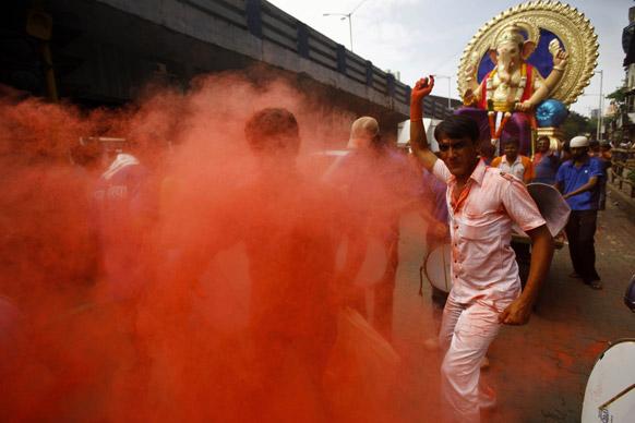 मुंबई में गणपित के विसर्जन के दौरान डांस करते हिंदू श्रद्धालु।