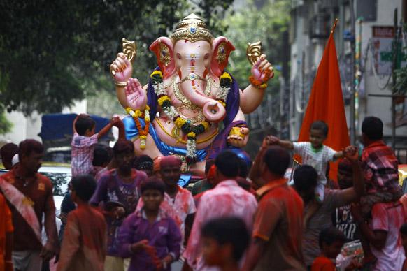 गणेश चतुर्थी के दौरान हिंदू श्रद्धालु डांस करते हुए।