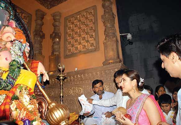 करीना कपूर और मधुर भंडारकर फिल्म रिलीज होने से पूर्व गणपति से आशीर्वाद लेते हुए।