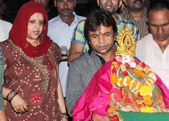 गणेश विसर्जन के दौरान अभिनेता राजपाल यादव और उनकी पत्नी।