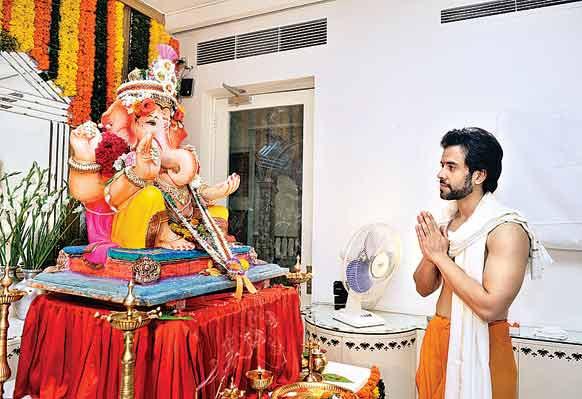 अभिनेता तुषार कपूर अपने घर पर गणेश चतुर्थी का त्योहार मनाते हुए।