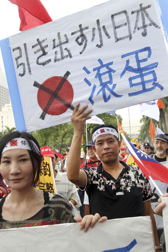 ताइवान में विरोध-प्रदर्शन करते लोग।