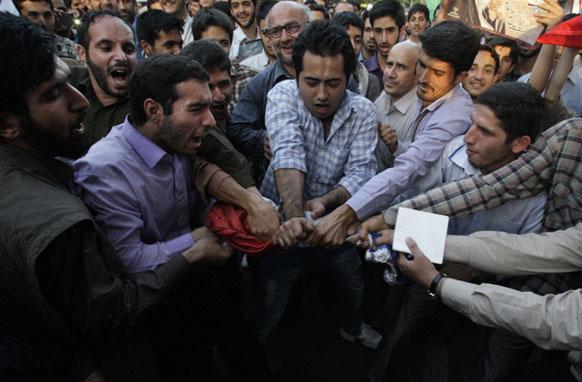 तेहरान में प्रदर्शनकारी विरोध कर रहे हैं जो फ्रांस की पत्रिका में पैगंबर मोहम्मद के खिलाफ छपी सामग्री को लेकर है।