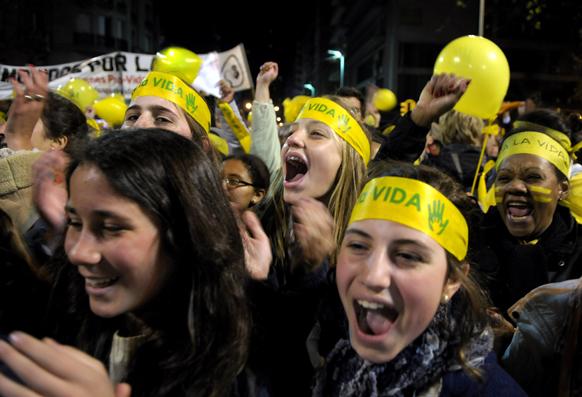 उरुग्वे में सरकारी नीतियों के खिलाफ विरोध- प्रदर्शन करते प्रदर्शनकारी।