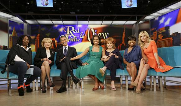 एक टेलीवीजन शो के दौरान अमेरिकी राष्ट्रपति बराक ओबामा और उनकी पत्नी मिशेल।