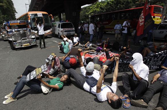 मनीला में कार्यकर्ताओं का विरोध-प्रदर्शन।
