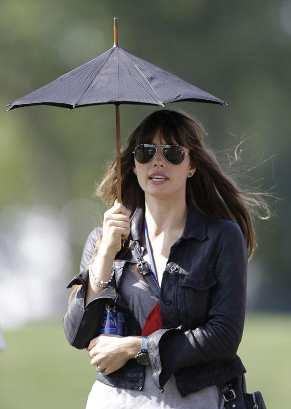 अभिनेत्री जेस्सिका बेल पीजीए गोल्फ के रायडर कप टूर्नामेंट देखती हुईं।