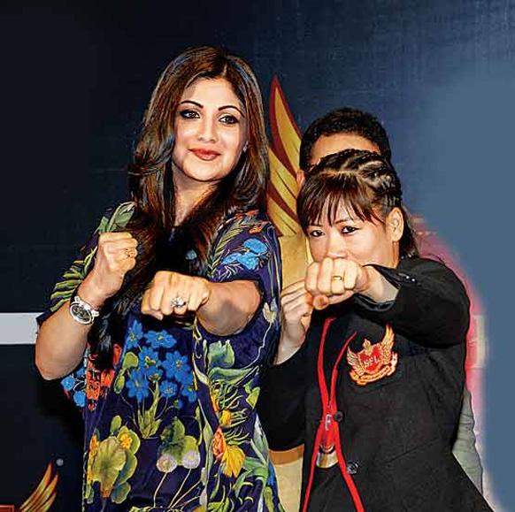 शिल्पा शेट्टी बॉक्सर मेरीकॉम से बॉक्सिंग का गुर सीखती हुईं। (तस्वीर डीएनए के सौजन्य से)