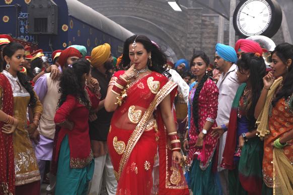 सोनाक्षी सिन्हा अपनी आने वाली फिल्म सन ऑफ सरदार में, यह फिल्म दीपावली के मौके पर रिलीज होगी।