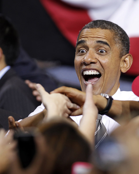 ओहियो में चुनाव प्रचार के दौरान लोगों से मिलते अमेरिकी राष्ट्रपति बराक ओबामा।