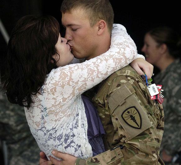 सैनिक फौज से लौटने के बाद अपनी प्रेमिका से मिलते हुए।