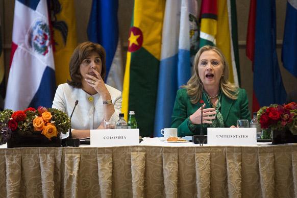 वाल्डोर्फ एस्टोरिया के एक होटल में 'कनेक्टिंग द अमेरिकाज' बैठक को सम्बोधित करतीं अमेरिकी विदेश मंत्री हिलेरी क्लिंटन।