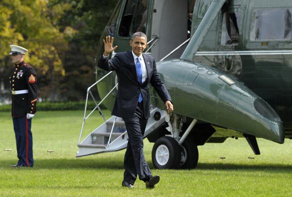 ह्वाइट हाउस में मरीन वन हेलीकॉप्टर से उतरने के बाद हाथ हिलाकर अभिवादन करते राष्ट्रपति बराक ओबामा।