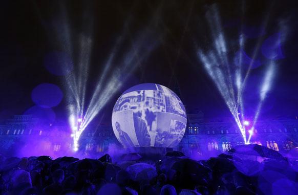 मास्को के रेड स्कवायर पर 'सर्किल आफ लाइट फेस्टिवल' के मौके पर की गई विशेष रोशनी।