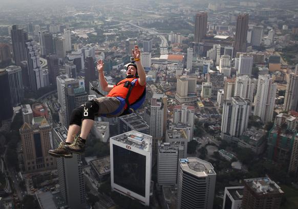 कुआलालम्पुर में केएल टॉवर से छलांग लगाते आस्ट्रेलिया के रॉस एब्लिट।