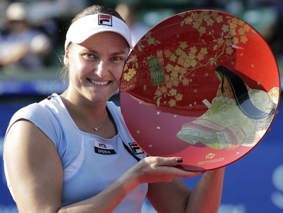 टोक्यो में जापान पैन पेसिफिक ओपन टेनिस टूर्नामेंट का खिताब जीतने के बाद रूस की नादिया पेत्रोवा।