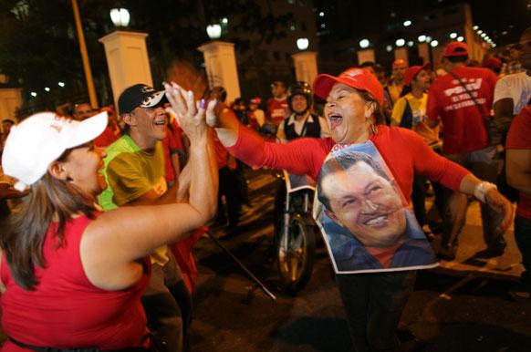 वेनेजुएला में राष्ट्रपति ह्यूगो चावेज के समर्थक पोलिंग स्टेशन के बाहर खड़े हैं।