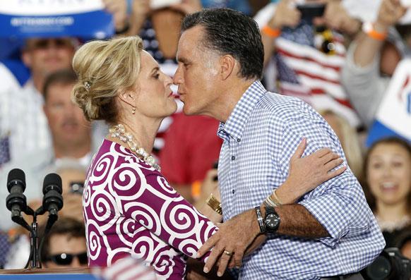 अपनी चुनावी रैली के दौरान अमेरिकी राष्ट्रपति पद के रिपब्लिकन उम्मीदवार मिट रोमनी अपनी पत्नी को किस करते हुए।
