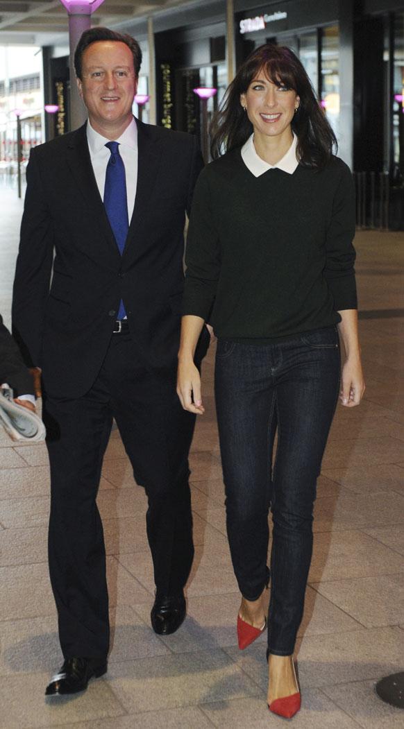 ब्रिटेन के पीएम डेविड कैमरन और उनकी पत्नी समांथा बीबीसी के स्टूडियो में जाते हुए।