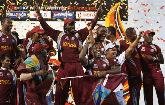 टी-20 वर्ल्ड कप जीतने के बाद खुशी मनाती वेस्टइंडीज की टीम।
