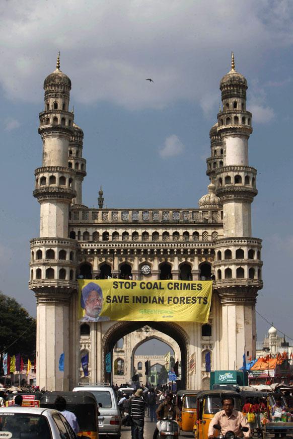 ग्रीनपीस के कार्यकर्ताओं ने हैदराबाद के चारमीनार के सामने विरोध-प्रदर्शन किया।