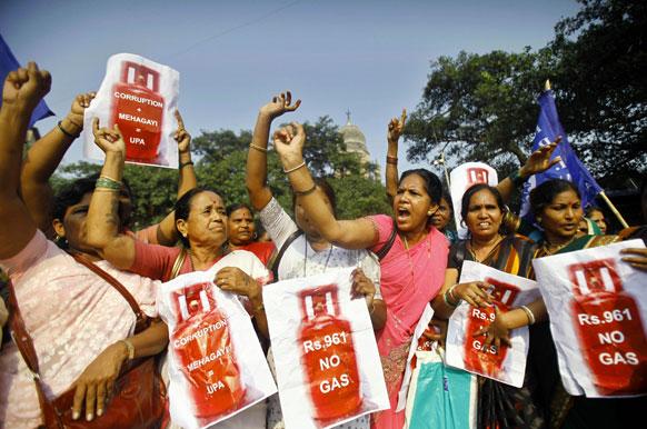 मुंबई में रसोई गैस की कीमत बढा़ने के खिलाफ विरोध करते आरपीआई के कार्यकर्ता।