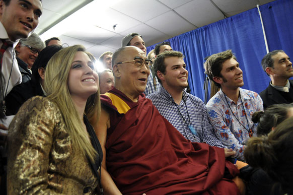 न्यूयॉर्क में मीडिया को संबोधित करते तिब्बती धर्मगुरु दलाई लामा।