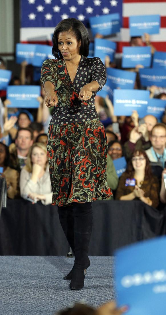 अमेरिकी की प्रथम महिला मिशेल ओबामा ने एक कंपेन के दौरान स्टेज पर चलती हुई।