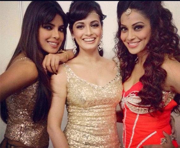 कौन कहता है अभिनेत्रियां दोस्त नहीं होती? प्रियंका चोपड़ा, दिया मिर्जा और बिपाशा बसु जकार्ता में एक कार्यक्रम के दौरान। इस तस्वीर को बिपाशा ने ट्विटर पर डाली।