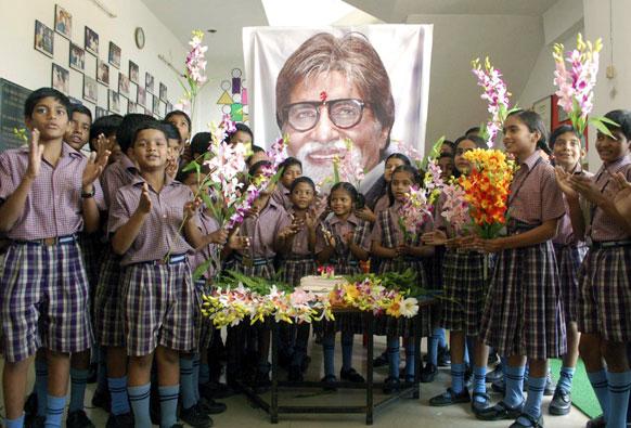 यूपी के मिर्जापुर में स्कूली छात्रों ने अमिताब का जन्मदिन मनाया।