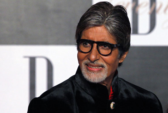 अपने 70वें जन्मदिन पर उत्साहित मुद्रा में अमिताभ बच्चन।