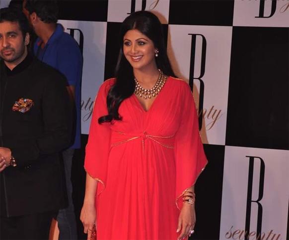 इस दौरान अभिनेत्री शिल्पा शेट्टी, शमिता शेट्टी अपने पति राज कुंद्रा के साथ शरीक हुई।
