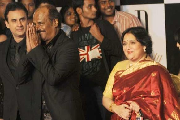 बिग को बर्थडे की बधाई देने सुपरस्टार रजनीकांत अपनी पत्नी लता के साथ पहुंचे।