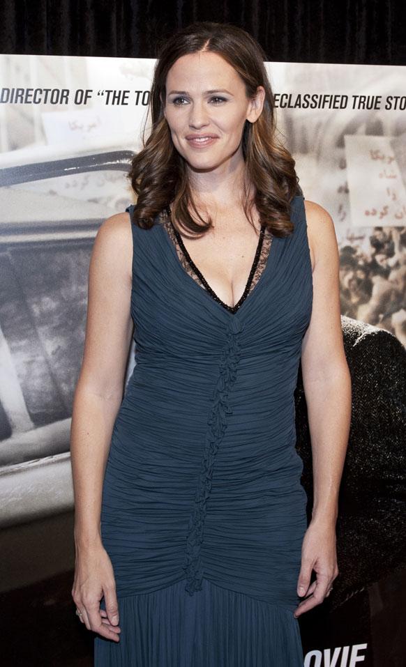 वाशिंगटन में फिल्म आर्गो के प्रीमियर के मौके पर फोटोग्राफरों को पोज देते हुए अभिनेत्री जेनिफर गार्नर।