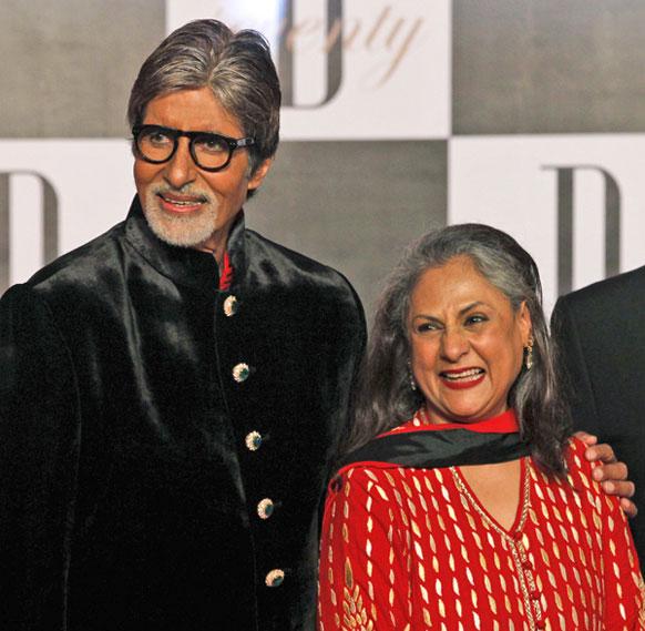 मुंबई में अपने 70वें जन्मदिन की पार्टी के मौके पर पत्नी जया बच्चन के साथ अमिताभ बच्चन।
