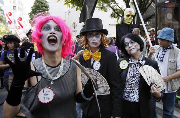 टोक्यो में विश्व बैंक एवं अंतरराष्ट्रीय मुद्रा कोष की वार्षिक बैठकों के खिलाफ प्रदर्शन करते लोग।