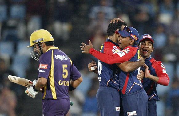 प्रीटोरिया में कोलकाता नाइट राइडर्स के गौतम गंभीर को आउट करने के बाद खुशी मनाते दिल्ली डेयरडेविल्स के खिलाड़ी।
