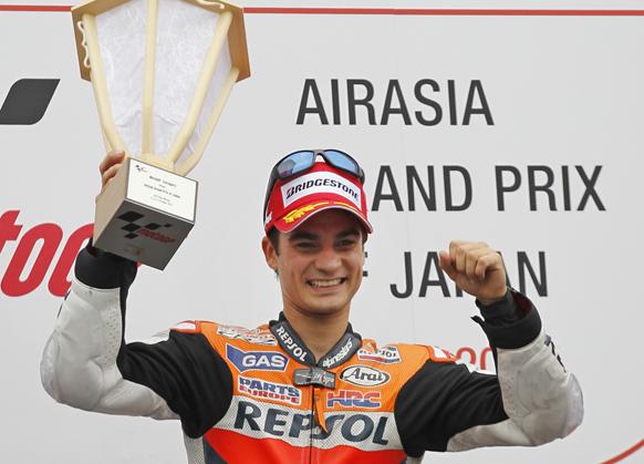 जापान मोटो ग्रांड प्रीक्स जीतने के बाद टॉफी से साथ स्पेन के डानी पेड्रोसा।