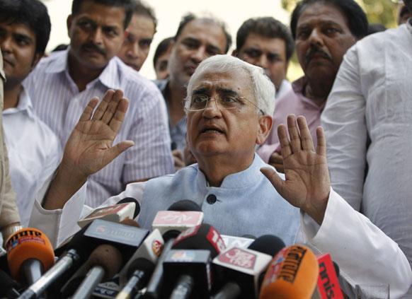 नई दिल्ली में एक प्रेस कॉन्फ्रेंस के दौरान कानून मंत्री सलमान खुर्शीद।