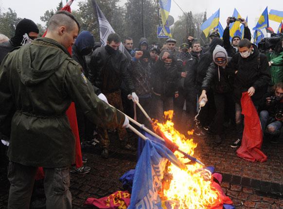 यूक्रेन में झंडे जलाकर विरोध प्रदर्शऩ।