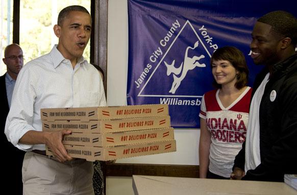 अमेरिका फिल्ड आफिस में अमेरिकी राष्ट्रपति बराक ओबामा पिज्जा के साथ।