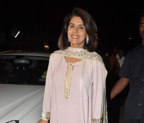 सैफ-करीना के संगीत समारोह में पहुंचीं नीतू सिंह।