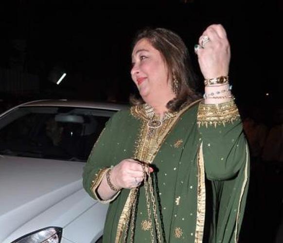 सैफ-करीना के संगीत समारोह में पहुंचीं करीना और करिश्मा अंटी रीमा कपूर।