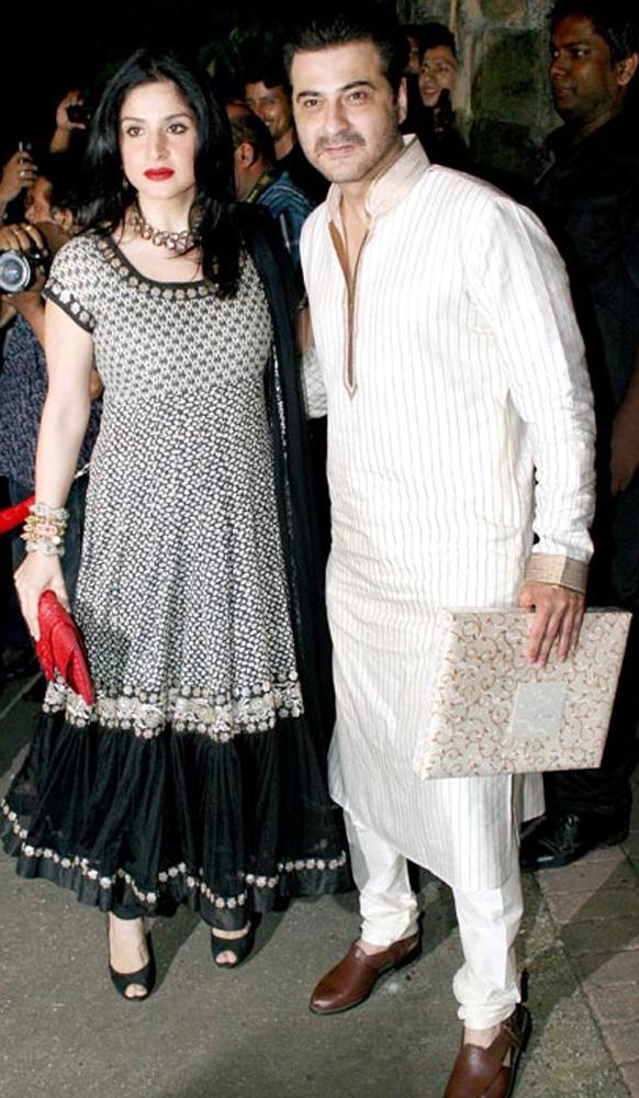 सैफ-करीना के संगीत समारोह में पहुंचे महीप कपूर और संजय कपूर।