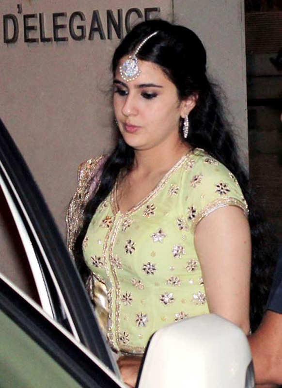 सैफ-करीना के संगीत समारोह में पहुंची सैफ अली खान की बेटी सारा अली खान।