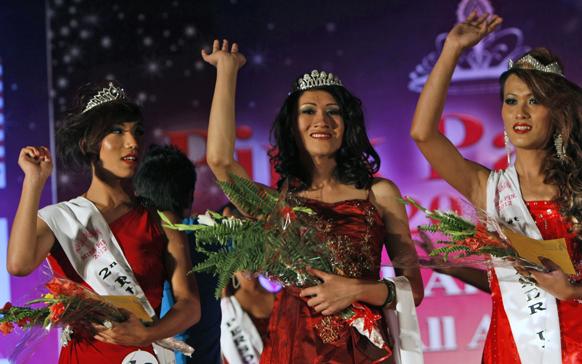 मिस नेपाल पिंक पेगंट का खिताब जीतने के बाद हाथ लहरातीं पुर्णिमा श्रेष्ठ।
